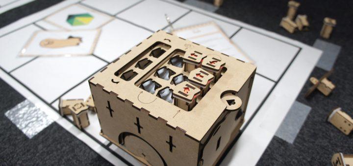 本体に直接ブロックパーツを挿してプログラミングする四角いロボット「PETS」
